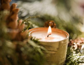 Свечи не только превращают обыкновенный стол в праздничный, но и дарят ощущение приближающегося чуда и волшебства. Фото: Getty Images