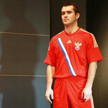 Игрок Александр Кержаков демонстрирует новую игровую форму сборной России по футболу. Фото РИА Новости