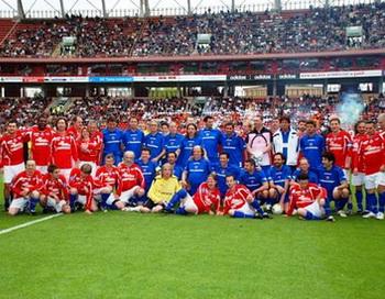 Участники звездного благотворительного футбольного матча на стадионе