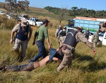 В Парагвае в столкновениях крестьян с полицией. Фото: STR/AFP/GettyImages