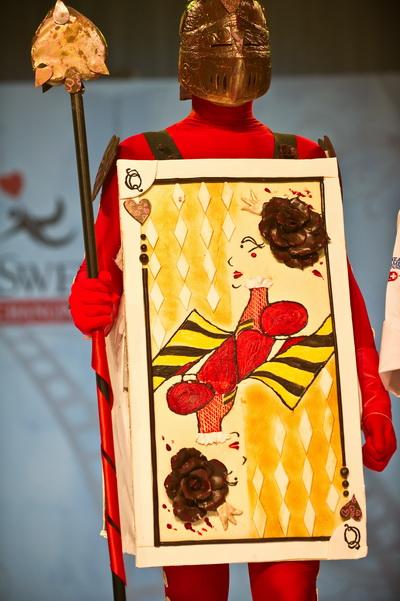 Средневековые рыцари вдохновили на создание этой модели. 9-е ежегодное мероприятие «Сладкая благотворительность» фонда «Сердце Америки». Модели отделаны и украшены шоколадом, сахаром и марципаном. Фото: NICHOLAS KAMM/AFP/Getty Images