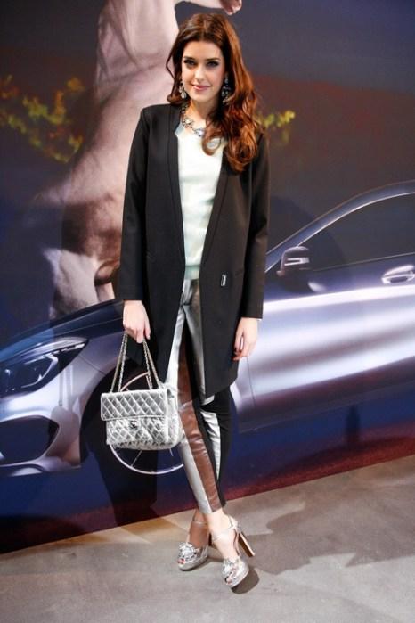 Модель Marie Nasemann в обуви Moschino, с сумкой от Chanel и ювелирном изделии Konplott на Mercedes-Benz Fashion в Берлине, 18 января 2013 года. Фото: Anke Grelik/Getty Images