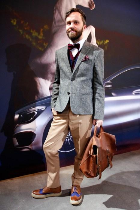 Стилист Matthias Huber в брюках от Maison Martin Margiela, рубашке Paul Smith, жилете Paul Werth и обуви Fred Perry на Mercedes-Benz Fashion в Берлине, 18 января 2013 года. Фото: Anke Grelik/Getty Images
