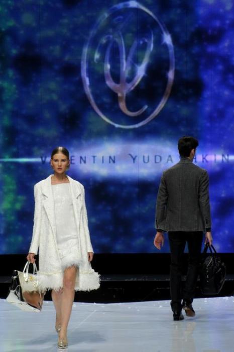 Валентин Юдашкин открыл шоу на Неделе моды в Москве. Фото: KIRILL KUDRYAVTSEV/AFP/Getty Images