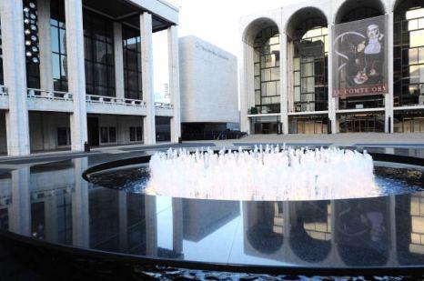 Линкольн-центр, место проведения Недели моды Mercedes-Benz Fashion Week 2011. Фото: Andrew H. Walker/Getty Images