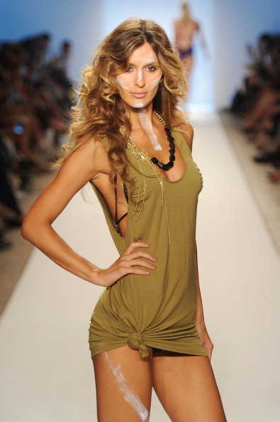 Показ коллекции пляжной одежды A.Che на  Mercedes-Benz Fashion Week Swim 2012. Фото: Frazer Harrison/Getty Images Entertainment