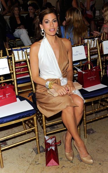 Фоторепортаж. Ева Мендес на нью-йоркском показе Ferragamo Resort 2012. Фото: Andrew H. Walker/Getty Images