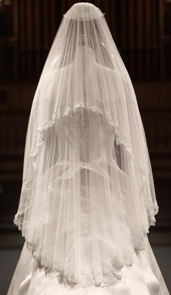 Фоторепортаж. Свадебный наряд герцогини Кембриджской. Фото: Льюис Whyld / WPA Pool / Getty Images