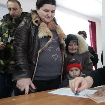 На одном из избирательных участков во время выборов президента Южной Осетии. Фото РИА Новости