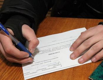 Выдача открепительных удостоверений для голосования на выборах президента РФ. Фото РИА Новости