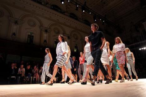 В рамках фестиваля моды Mercedes-Benz 2013 в Сиднее (Mercedes-Benz Fashion Festival Sydney 2013), проходившего с 21 по 24 августа в столице Австралии, состоялся показ коллекции Sportscraft. Фото: Lisa Maree Williams/Getty Images