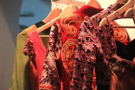 Показ красочных вышитых платьев в свадебном салоне Lakiru в Бангалоре 4 сентября 2013 г. Фото: Venus Upadhayaya/Epoch Times