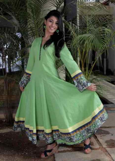 Молодая индийская девушка одета в платье, называемое «анаркали». Национальное платье анаркали очень нравится индийским женщинам в дни свадьбы. На нижнее платье надевается верхнее с длинными мягкими складками, которые при вращении поднимаются и опускаются вокруг ног как зонтик, платье носят с облегающими брюками. Фото: Lakiru