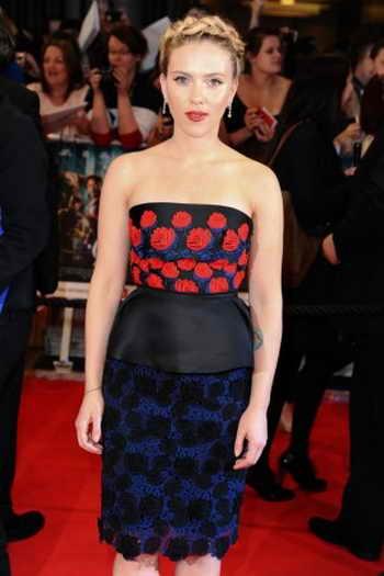 Скарлетт Йоханссон в платье-бюстье с баской на талии на премьере фильма «Мстители» в Лондоне 19 апреля 2012 г. Фото: Steve Vas/Featureflash*