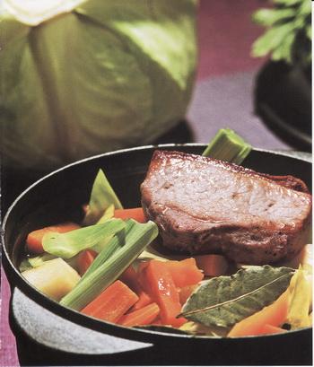 Овощное рагу с запеченной свининой из книги «Кушанья Латвии» Лолиты Шелвах.