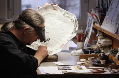 Мастер-орнаменталист наносит рисунок на фарфоровую сервировочную посуду в мануфактуре Мейсен, 20 января 2010 г. Фото: Sean Gallup/Getty Images