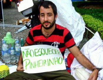 Бразильский активист Педро Риос Леау проводит голодовку перед Globo TV Network, чтобы заставить средства массовой информации сообщить о жестокости полиции во время принудительного выселения из трущоб Пиньейринью в Сан-Хосе-дус-Кампус, Сан-Паулу, 1 февраля. Фото: Бруно Менезес/Великая Эпоха (The Epoch Times)