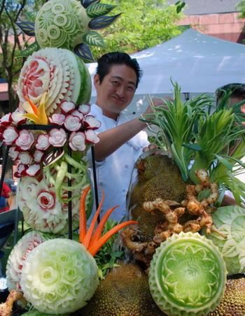 Джеймс Паркер с его  оригинальными изделиями из плодов. В 2008 году шеф-повар Паркер одержал победу в конкурсе Food Network за его художественные изделия из овощей и фруктов. Фото с сайта theepochtimes.com