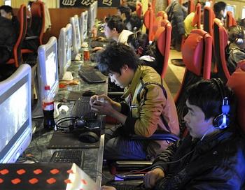 Молодые люди за компьютерами в Интернет-кафе в Пекине. Соединенные Штаты могли бы использовать торговлю и технологии, чтобы помочь в противостоянии цензуре и слежке в Китае, считают участники встречи, организованной Исполнительной комиссией по Китаю. Фото: Liu Jin/Getty Images