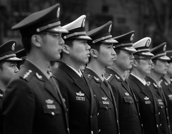Армейские офицеры участвуют в церемонии в память о «победоносном» пересечении реки Янцзы, 23 апреля 2008 года, Нанкин, провинция Цзянсу, Китай. Фото: China Photos/Getty Images