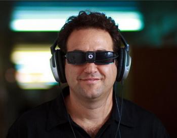 Доктор Амир Амеди носит одно из SSD устройств, разработанных в его собственной лаборатории. Фото предоставлено Еврейским Университетом в Иерусалиме