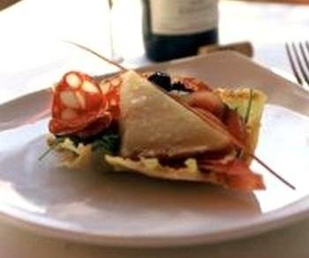 Пармезанная корзина с салатом из белых грибов. Фото: L'йdition Nouvelles