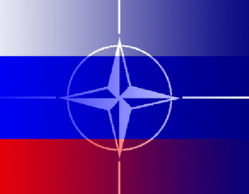 Российский флаг и флаг НАТО. Коллаж  РИА Новости