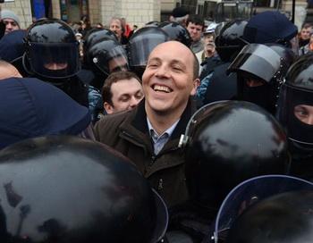 Депутат БЮТ Андрей Парубий (в центре), пытавшийся поставить символическую палатку на Майдане Незалежности в Киеве, был окружен бойцами спецподразделения