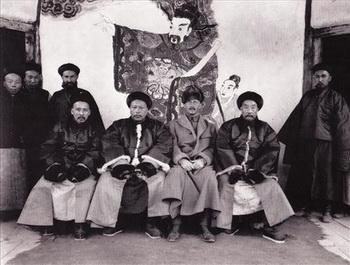 Маннергейм с чиновниками-мандаринами в Аксу.Март 1907г. Фото: idp.bl.uk