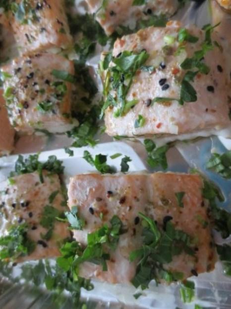 Посыпьте готовые кусочки лосося рубленой петрушкой. Фото: Maria Matyiku/Epoch Times