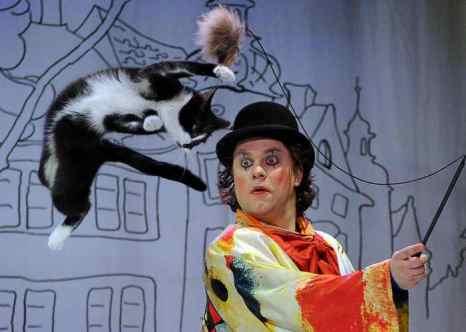 Любителей кошачьих, несомненно, заинтересует настоящий «кошкин дом», как по праву можно назвать Театр кошек Куклачёва. Фото: YURI KADOBNOV/AFP/Getty Images