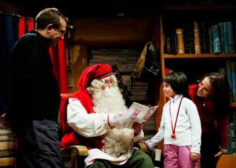Встречей с Санта-Клаусом. Фото: JONATHAN NACKSTRAND/AFP/Getty Images