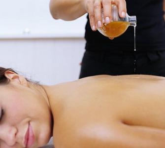Аромамасла - великолепное средство для массажа. Фото с ampravda.ru