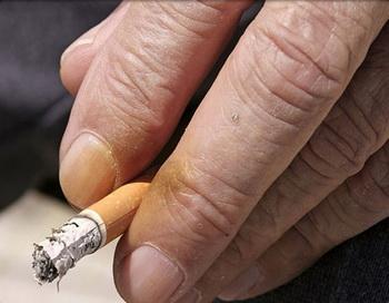 Курение постоянно лишает кожу жизненно необходимого кислорода и питательных веществ. Фото: medicinenet.com