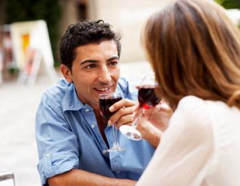 Люди, регулярно пьющие красное вино, обычно являются социально и экономически благополучными.  Фото: Thomas Larsen/Getty Images