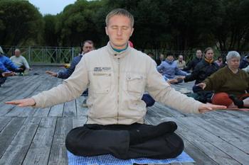 Здоровый образ жизни снова в моде. Коллективная медитация Фалуньгун. Фото: Ирина Оширова. Великая Эпохас