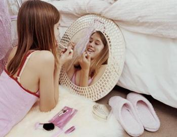 Современные подростки, особенно девочки, очень подвержены желанию попробовать все эти чудо-средства и стать взрослее, избавиться от проблемной кожи. Фото: Howard Grey/Getty Images