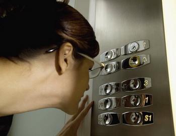 На каждом квадратном сантиметре кнопок лифтов обнаружено в среднем около 300 колониеобразующих бактериальных единиц. Фото: Medioimages/Photodisc/Getty Images