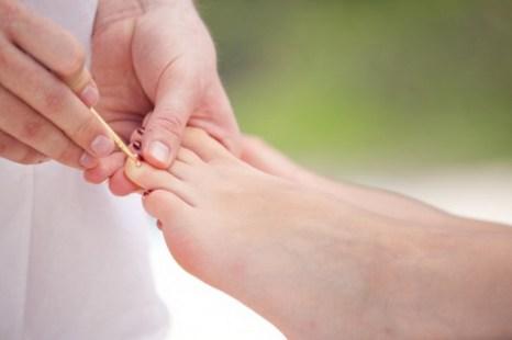 Китайская медицина считает необходимым поддержку баланса инь и ян в организме. Она рассматривает верхнюю часть тела как ян, а нижнюю часть тела как инь, которые связаны меридианами. Согласно этому принципу, один из способов устранения боли в районе шеи и плеча заключается в воздействии на область ног. Фото: Wolfgang Amri / Photos.com