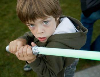 В последнее время появилась реклама лазерных мечей, которые, оказывается, являются забавными игрушками! Фото: Christina Kennedy/Getty Images