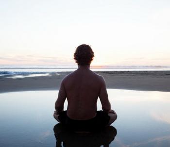 Медитация оказывает положительное влияние на структуру мозга, не только увеличивая объем серого вещества, но и формируя более тесные связи между функциональными областями. Фото: Monkman/Getty Images.