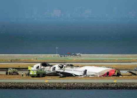 Национальное управление США по безопасности на транспорте проверяет показания одного из пилотов разбившегося в Сан-Франциско Boeing-777, который утверждает, что перед посадкой его ослепили лазером. Фото: Kimberly White/Getty Images