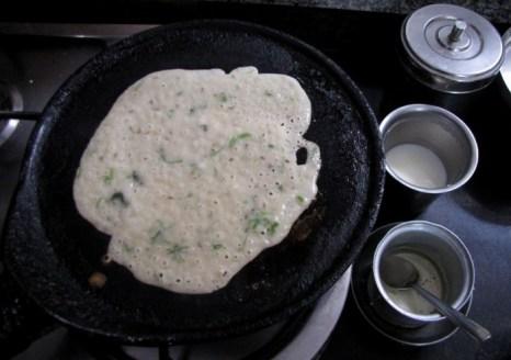 Блинная смесь равномерно разливается по горячей сковороде и выпекается до готовности. Фото: Великая Эпоха (The Epoch Times)