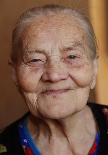 87-летняя   Серафима Васильевна Данилова (1923 г.р.) - ветеран тыла. Маленькая, худенькая, с простой доброй улыбкой на лице. Фото: Ольга ТЮМЕНЦЕВА. Великая Эпоха (The Epoch Times)
