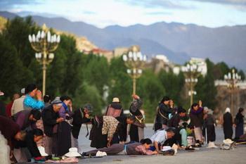 Лин-хор, обход святынь Лхасы с поклонами в растяжку. Фото: Feng Li/Getty Images