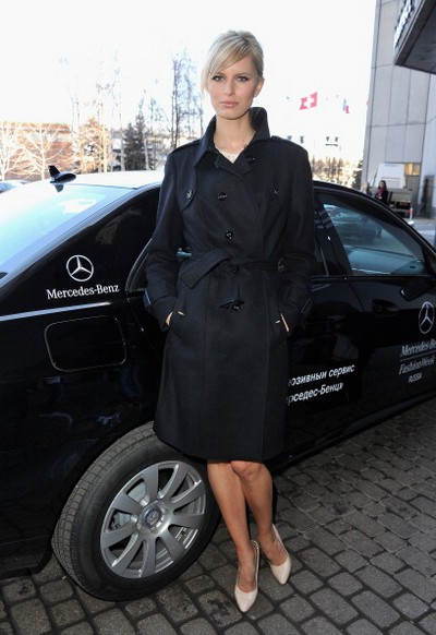 Каролина Куркова позирует на фоне новинок немецкого автопрома, 1 апреля 2011, Москва, Россия. Фото: Pascal Le Segretain/Getty Images