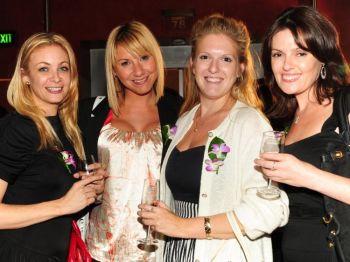 Танцовщица Белинда Райт, (2-я слева), Лани Маллон, (1-я слева) с друзьями в театре Капитоль, г. Сидней, Австралия. Фото: Рона Руи /The Epoch Times