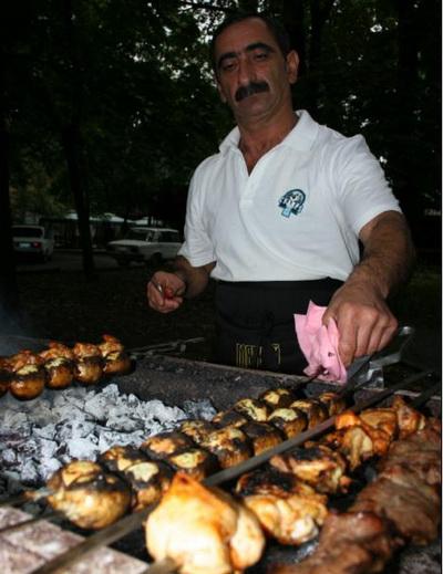 «Вкус мяса, и больше ничего не надо», -  уверен этот шеф-повар. Его ресторан между тем славен вкуснейшими шашлыками из осетрины. Фото: Оксана ХАН. Великая Эпоха