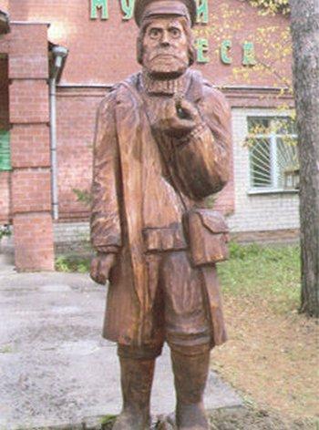 Скульптура лесника. Фото с сайта департамента лесного хозяйства Томской области