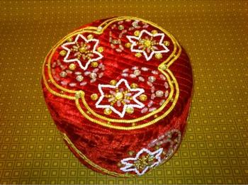 Национальная тюбетейка ручной работы. Фото с сайта tubeteiki.com